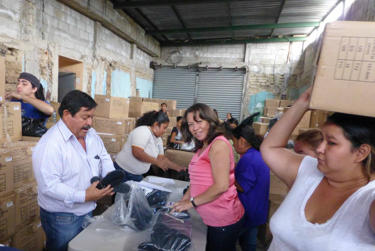 Altagracia Hernandez, Feed The Children's Country Coordinator packs shoes with Mayor Pérez